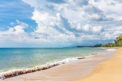 Flygplan som flyger till den exotiska tropiska stranden Royaltyfria Foton