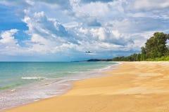 Flygplan som flyger till den exotiska tropiska stranden Arkivfoton