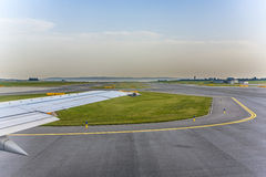 Flygplan som heading till landningsbanan Fotografering för Bildbyråer