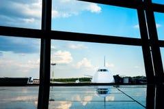 Flygplan som inramas av flygplatsfönster Royaltyfri Fotografi