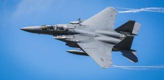 Flygplan som kastar överbord strålbränsle Fotografering för Bildbyråer