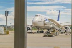Flygplan som parkeras på den Guarulhos flygplatsen San Pablo Brasil arkivbild