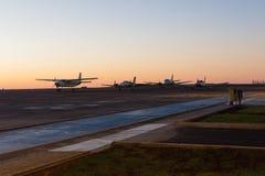 Flygplan som parkeras på flygplatsen Fotografering för Bildbyråer