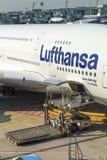 Flygplan som är klart för att stiga ombord Royaltyfria Bilder