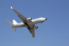 Flygplan som tar av Arkivbilder