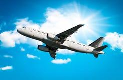 Flygplan som tar av Arkivfoto