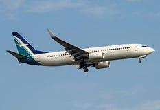 Flygplan som tar av i blå himmel Royaltyfri Foto