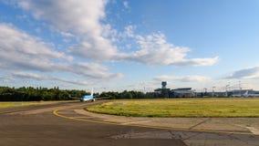 Flygplan som tar av på flygplats Royaltyfri Bild