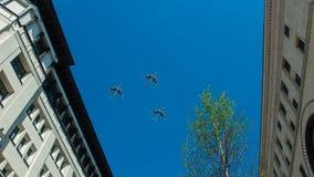 Flygplan som tre flyger över staden Royaltyfria Bilder