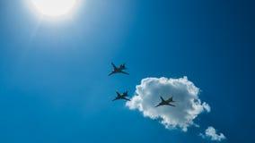 Flygplan som tre flyger över staden Royaltyfri Foto