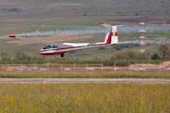 Flygplan som utför på den rumänska flygshowen Royaltyfri Foto