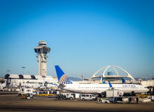 Flygplan ställde upp att vara förberett för flyg på Los Angeles den internationella SLAPPA flygplatsen Royaltyfria Bilder