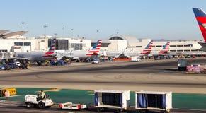 Flygplan ställde upp att vara förberett för flyg på Los Angeles den internationella SLAPPA flygplatsen Arkivfoton
