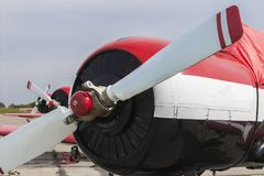 Flygplan tre på fältet Arkivfoton