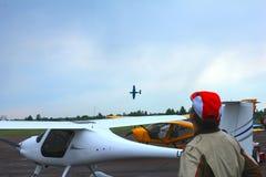 Flygplan under flygshow arkivbilder