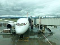 Flygplan under päfyllning, internationell flygplats för SJC Royaltyfria Foton