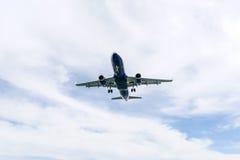 flygplanbarn som tecknar passagerare s arkivbild