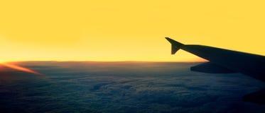 flygplanbarn som tecknar passagerare s Sikt från flygplanfönster på vingdurinen royaltyfri foto