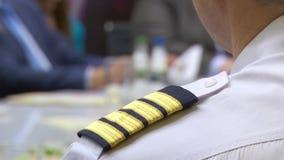 Flygplanbefälhavaren sitter på ett möte för att diskutera affärsplanet lager videofilmer
