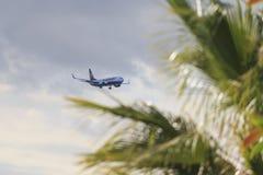 FlygplanBoeing 737-8AS Ryanair landning i Tenerife aiport royaltyfri fotografi
