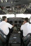 flygplancockpitpiloter som förbereder start till Arkivbilder
