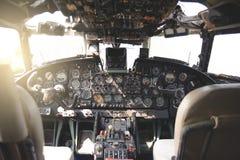 Flygplancockpitutrustning med indikatorer, knappar och instrument fotografering för bildbyråer