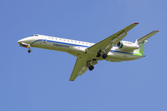 FlygplanEmbraer ERJ145LR (VQ-BWP) Komiaviatrans flygbolag, innan att landa på flygplatsen Pulkovo Royaltyfri Bild