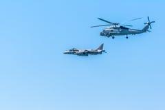 Flygplanengelsk harhund plus och helikopter Seahawk Arkivfoto