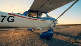 Flygplanet är klart till tagandet-av, medan fortskrida landningsbanan i solnedgången arkivfilmer