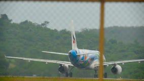 Flygplanet accelererar för avvikelse arkivfilmer