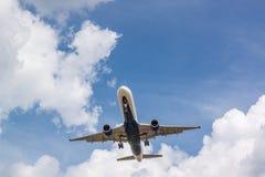 Flygplanet att närma sig landningsbanan Arkivbilder