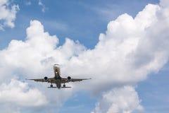 Flygplanet att närma sig landningsbanan Arkivfoton