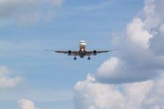 Flygplanet att närma sig landningsbanan Royaltyfri Bild