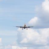 Flygplanet att närma sig landningsbanan Royaltyfria Bilder