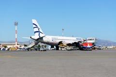 Flygplanet av Aegean Airlines som tar underhåll på den Iraklion flygplatsen Arkivfoton