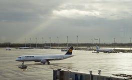 Flygplanet av Lufthanza landade i flygplatsen av den Munich staden i G Royaltyfria Foton