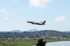 Flygplanet av Ryanair flygbolag som tar av i Korfu den internationella flygplatsen Royaltyfria Bilder