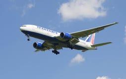 Flygplanet av Transaero flygbolag Boeing 777-200/ER på inställning till den Pulkovo flygplatsen Royaltyfri Fotografi