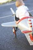 flygplanet behandla som ett barn flickaridningtoyen royaltyfri fotografi