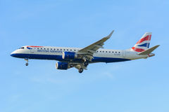 Flygplanet British Airways G-LCYP Embraer ERJ-190 British Airways CityFlyer landar på den Schiphol flygplatsen royaltyfri foto