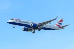 Flygplanet British Airways G-LCYP Embraer ERJ-190 British Airways CityFlyer landar på den Schiphol flygplatsen Royaltyfri Bild