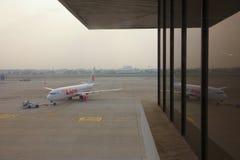 Flygplanet drageds till fjärden Royaltyfria Foton