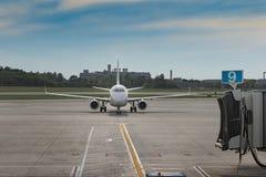 Flygplanet drar tillbaka ut ur port 9 royaltyfri foto