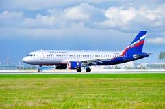 Flygplanet för den Aeroflot flygbolagflygbussen A320 rider på landningsbanan efter ankomst på Pulkovo den internationella flygpla Royaltyfri Foto