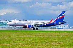 Flygplanet för den Aeroflot flygbolagflygbussen A320 rider på landningsbanan efter ankomst på Pulkovo den internationella flygpla Royaltyfria Foton