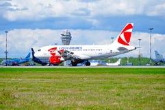 Flygplanet för flygbussen A319 för CSA Czech Airlines rider på landningsbanan, når det har landat i Pulkovo den internationella f Royaltyfri Bild
