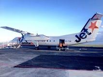 Flygplanet för flygplan för den Jetstar flygbussen A320 landade det lilla inhemska nya Plymouth, Nya Zeeland Arkivbild