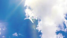 Flygplanet flyga iväg blå himmel för den soliga dagen öglasvideo, Time-schackningsperiod arkivfilmer