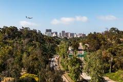 Flygplanet flyger över den Cabrillo motorvägen vid i stadens centrum San Diego arkivbilder