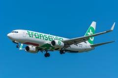 Flygplanet flyger till landningsbanan Royaltyfria Bilder